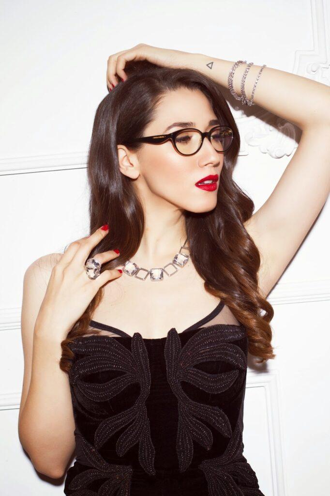 fata cu buze rosii si ochelari