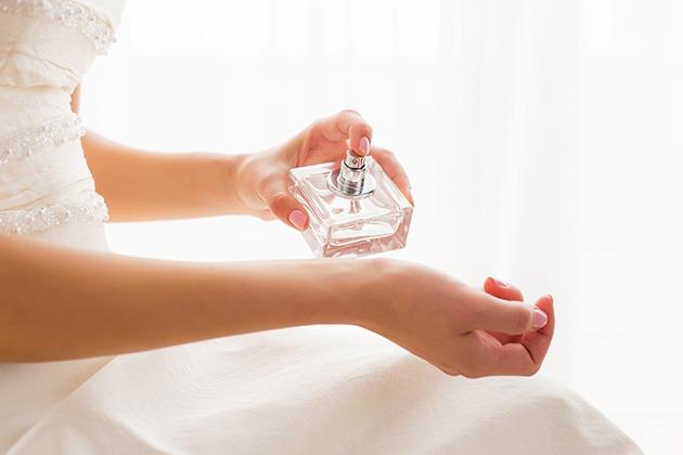 Mireasa care se da cu parfum