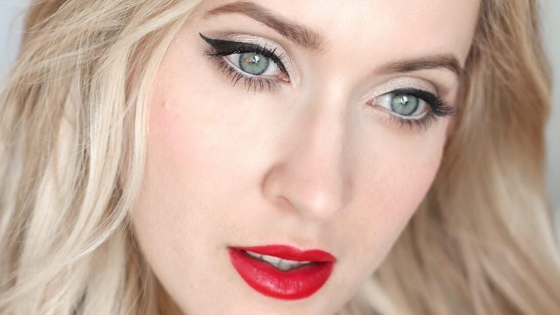 fata blonda cu ochi albastri care poarta ruj rosu
