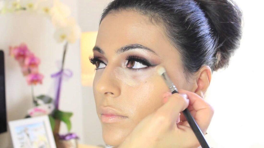 fata care este machiata de un make-up artist pentru nunta