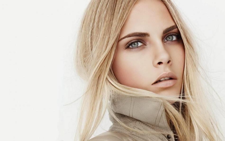 fata blonda cu ochi albastri