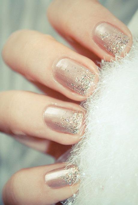 unghii nude metalice cu efect sparkle
