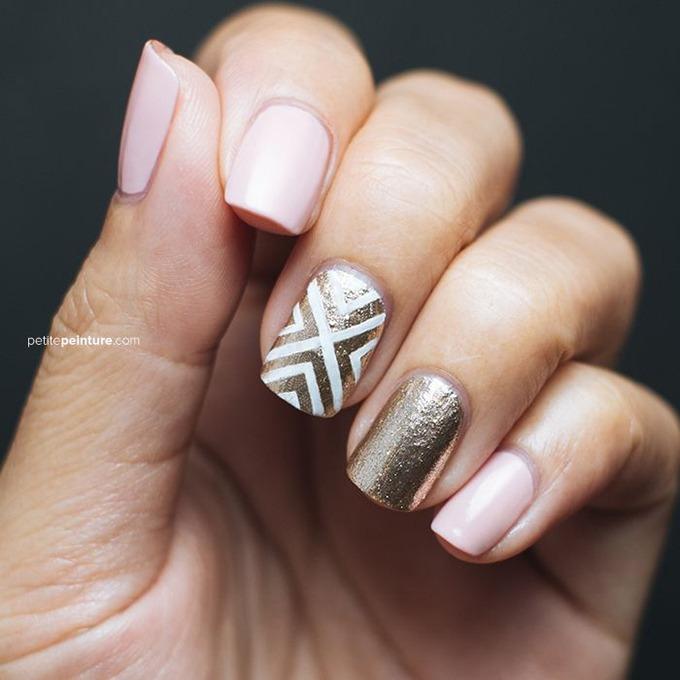 unghii cu accente roz si auriu