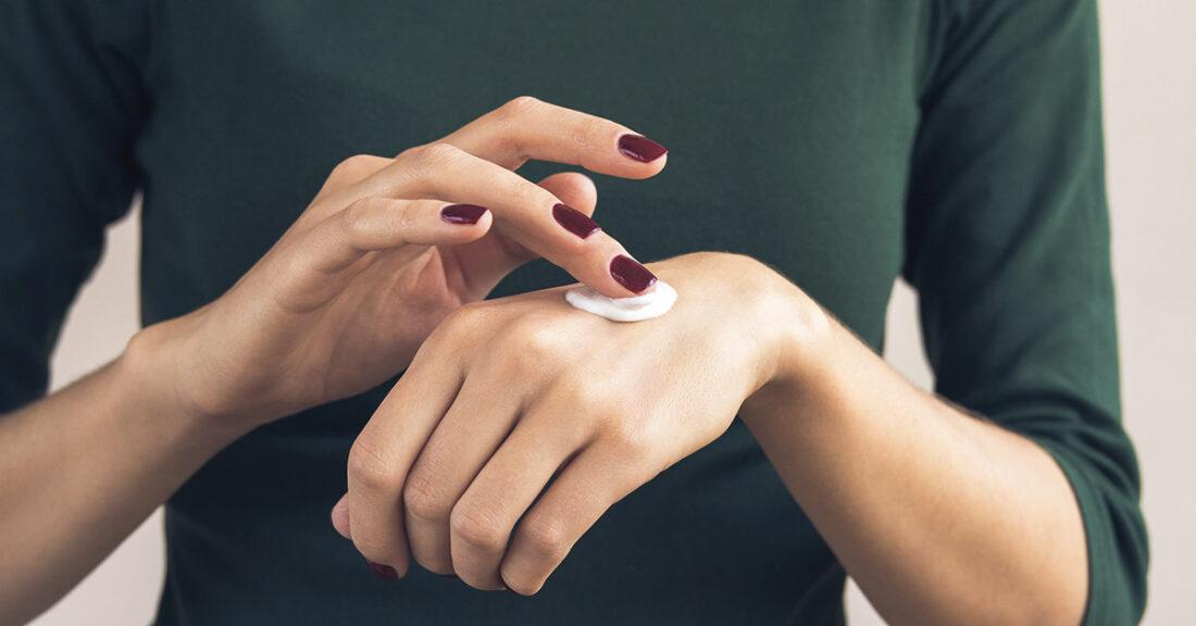 Cum să previi mâinile uscate și crăpate iarna