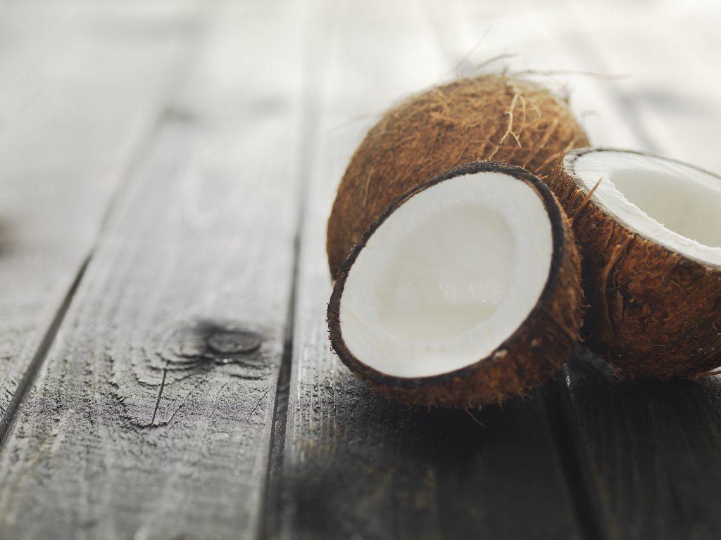 Intrebare: Este bun uleiul de cocos pentru ten?